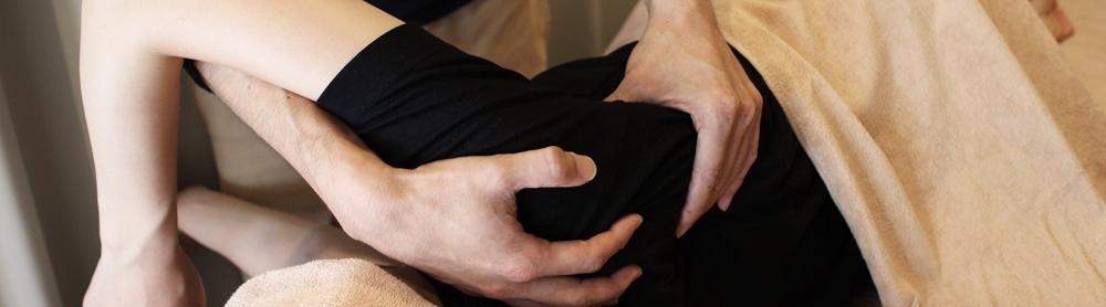 横向きでの施術風景 肩甲骨を回して、可動域を段々と広くし、ほぐしていきます。